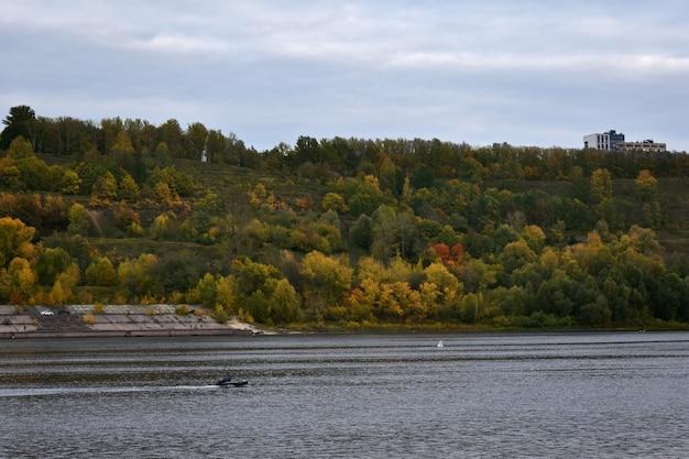 Rivière et montagnes avec forêt d'automne