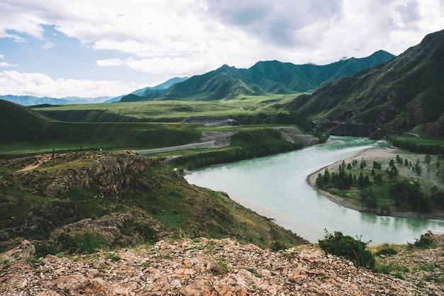 Rivière montagneuse dans les hautes terres par temps couvert