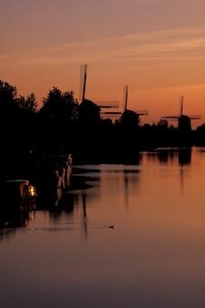 Rivière et moulins à vent, ursum, hollande