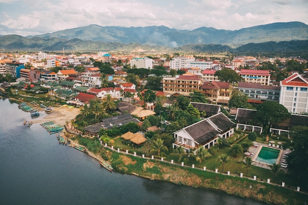 Rivière nam song à vang vieng, province de vientiane, laos. vang vieng est une destination populaire pour le tourisme d'aventure dans un paysage karstique calcaire. vue de dessus, vue aérienne