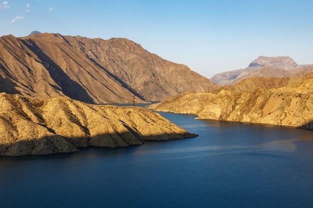 La rivière naryn dans les montagnes du tien shan, kirghizistan