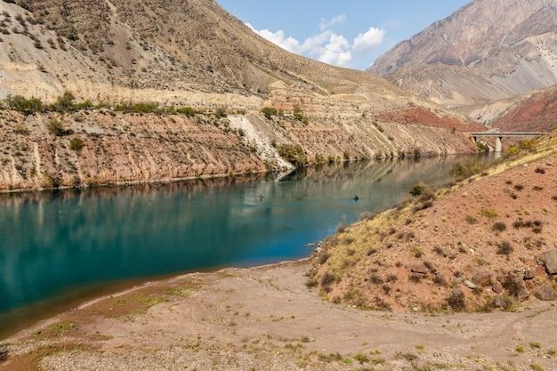 La rivière naryn dans les montagnes tian shan, karakol kirghizistan, pêcheurs sur la rivière