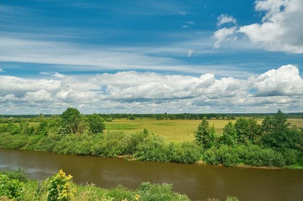 Rivière neman au jour d'été, la biélorussie.