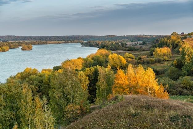 Rivière oka sous un ciel bleu aux beaux jours d'automne, région de riazan, russie.