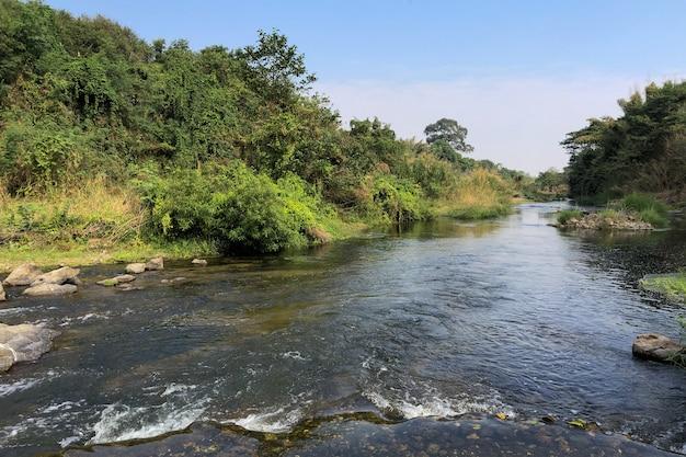 Rivière phachi dans la province de ratchaburi, thaïlande