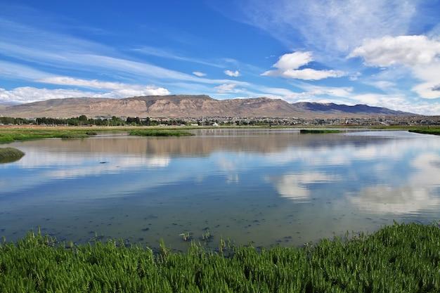 La rivière qui reflète le ciel