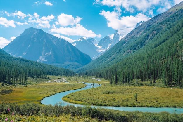 Rivière serpentine dans la vallée avant le magnifique glacier.