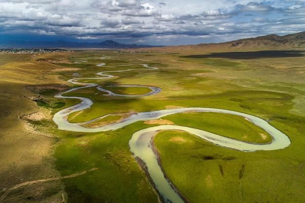 Rivière sinueuse dans la vallée, vue plongeante