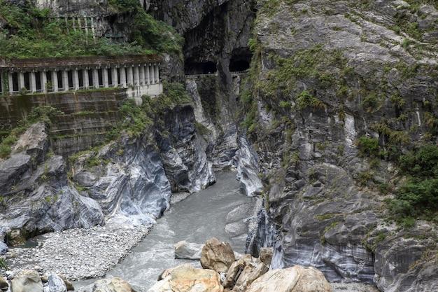 Rivière sombre dans le parc national de taroko après la tempête de pluie à taiwan