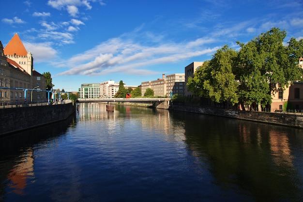 Rivière spree dans le centre de berlin, allemagne