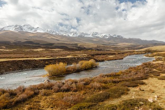 Rivière susamyr au kirghizistan