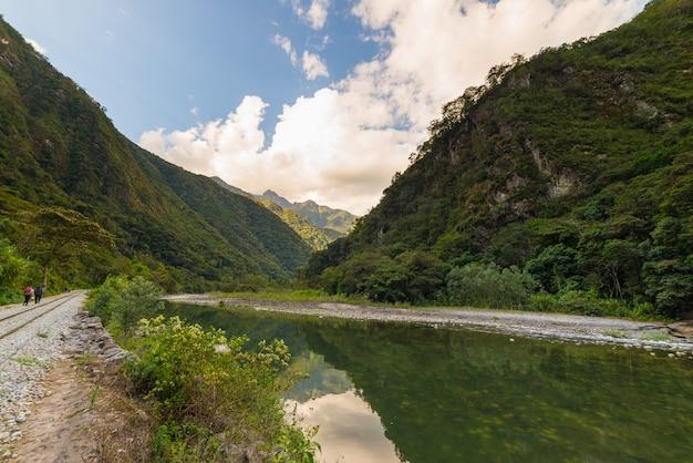 Rivière urubamba et chemin de fer menant au machu picchu. destination de voyage au pérou, amérique du sud.