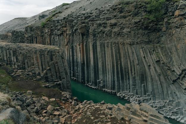 La rivière verte à travers le canyon de studlagil, en islande. photo de haute qualité