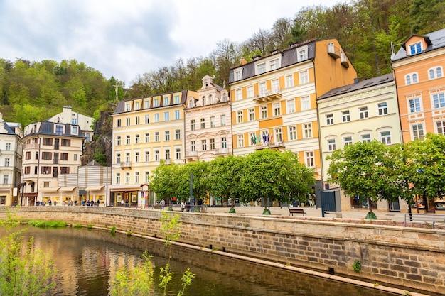 Rivière de la ville et bâtiments anciens, karlovy vary, république tchèque, europe. vieille ville européenne, lieu célèbre pour les voyages et le tourisme