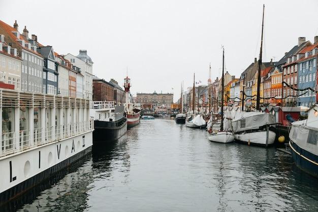 Rivière de la ville avec une belle architecture