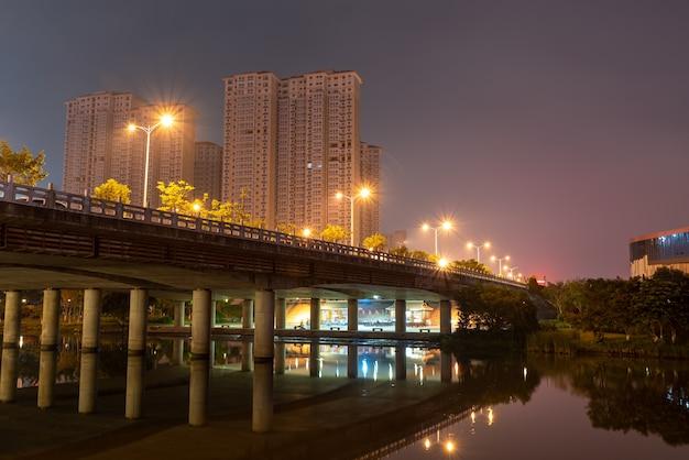Rivières et villes colorées la nuit