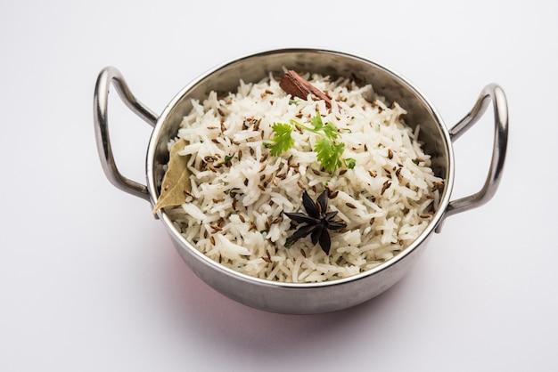 Le Riz Au Cumin Ou Le Riz Jeera Est Un Plat Principal Indien Populaire à Base De Riz Basmati Avec Des épices De Base Photo Premium