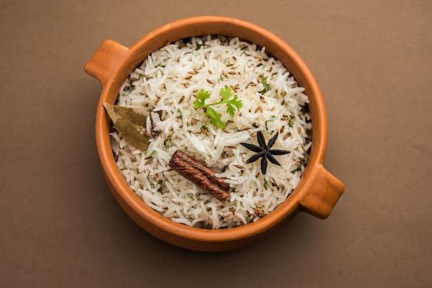 Le riz au cumin ou le riz jeera est un plat principal indien populaire à base de riz basmati avec des épices de base