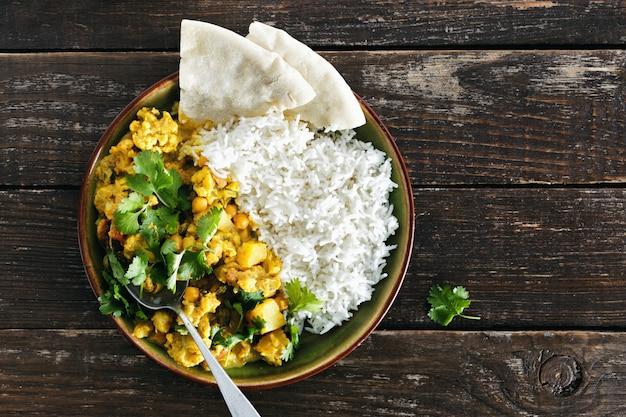 Riz au curry épicé au chou-fleur naan pain fond vue de dessus