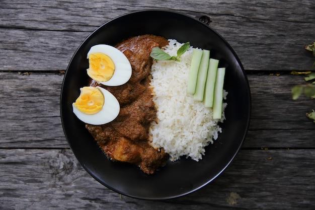 Riz au curry sur fond de bois