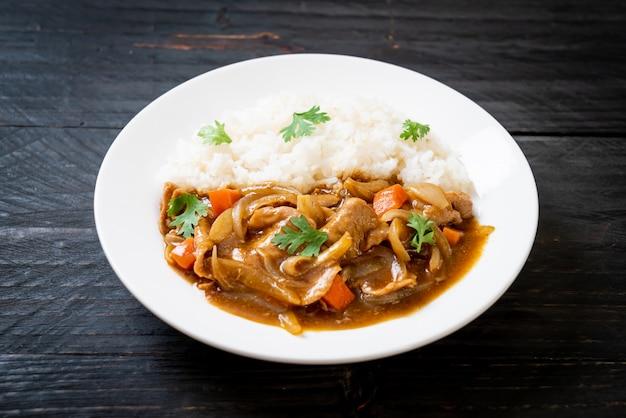 Riz au curry japonais avec tranches de porc, carotte et oignons