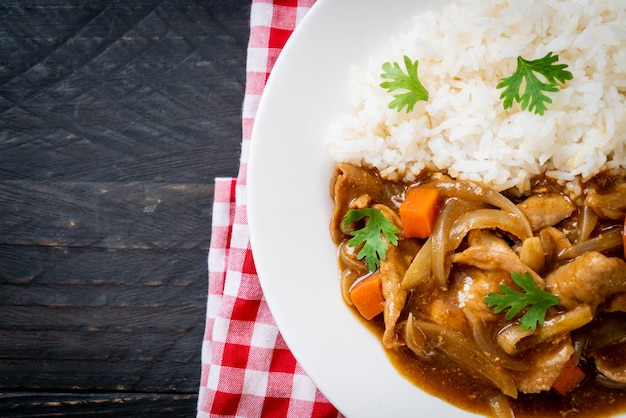 Riz au curry japonais avec tranches de porc, carottes et oignons - style asiatique