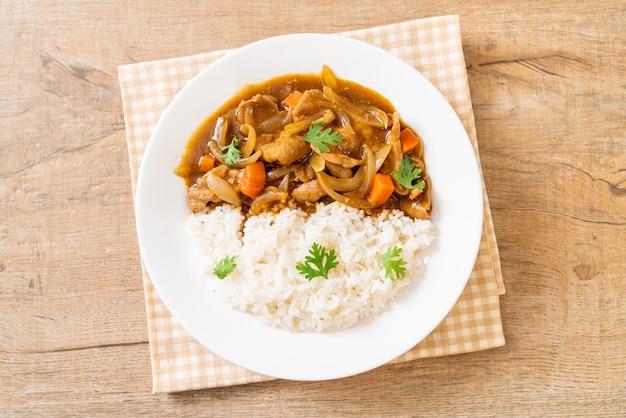 Riz au curry japonais avec tranches de porc, carottes et oignons. style asiatique