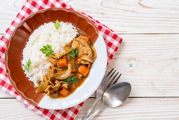 Riz au curry japonais avec tranches de porc, carottes et oignons