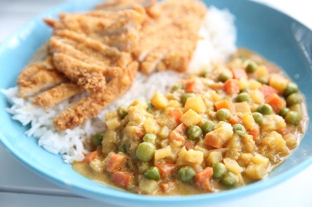 Riz au curry avec porc frit