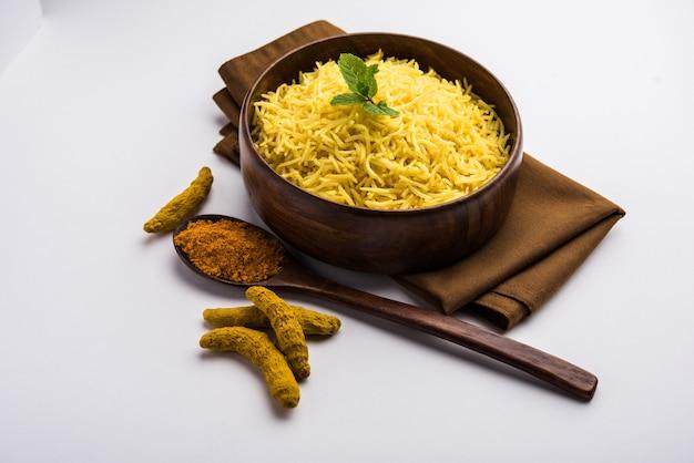 Riz au jasmin au curcuma cuit avec de la curcumine en poudre ou haldi, cuisine indienne