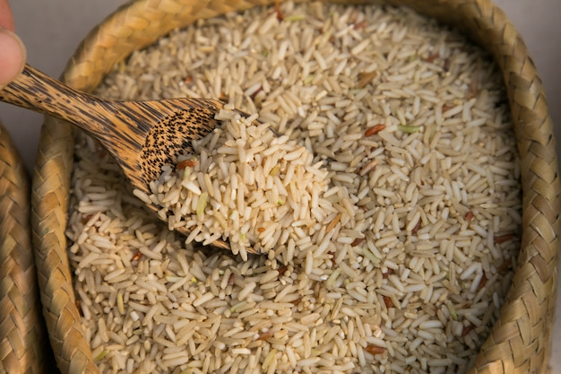 Riz au jasmin et cuillère de bois en stock de tissu. fond de nourriture