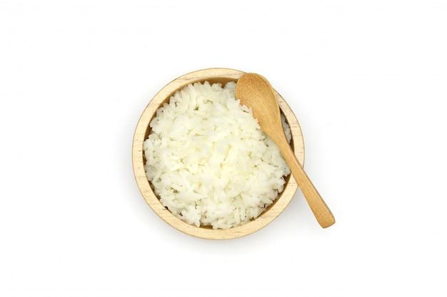 Riz au jasmin cuit isolé dans le bol en bois sur fond blanc