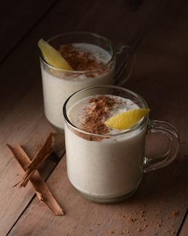 Riz au lait à la cannelle dans une tasse en verre
