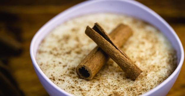 Riz au lait crémeux saupoudré de cannelle, dessert typiquement brésilien.