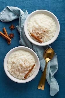 Riz au lait. dessert de riz au lait français. petit-déjeuner régime végétalien sain. vue de dessus, verticale