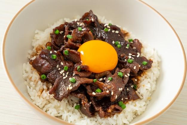 Riz au porc au soja ou bol donburi au porc japonais - style cuisine asiatique
