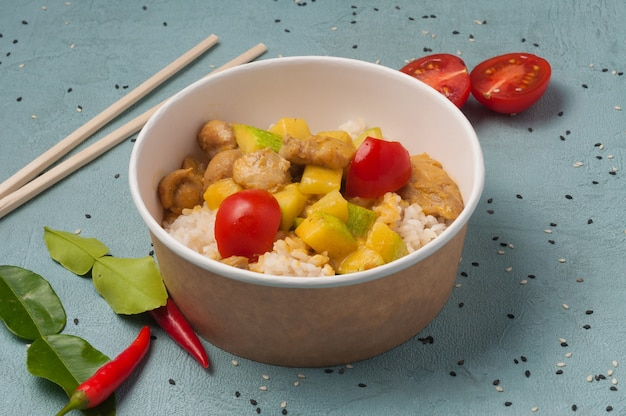 Riz au poulet et courgettes dans un plat artisanal. cadre horizontal
