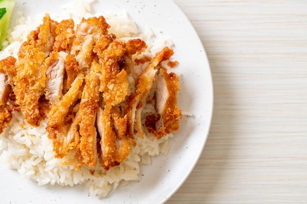 Riz au poulet du hainan avec poulet frit ou riz soupe au poulet cuit à la vapeur avec poulet frit - cuisine asiatique