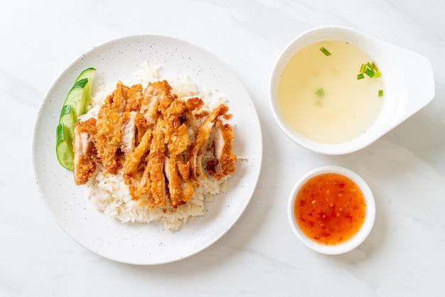 Riz au poulet du hainan avec poulet frit