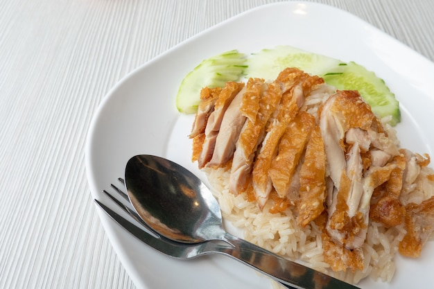 Le riz au poulet frit, placé sur une assiette blanche, doit être considéré comme un aliment et une santé