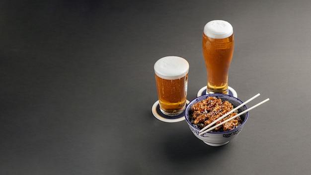 Riz au poulet katsudon avec de la bière sur fond gris