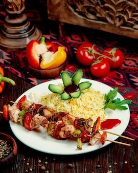 Riz au poulet et légumes sur un bâton
