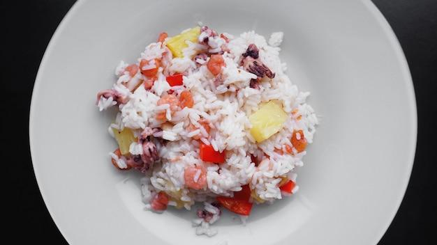 Riz aux crevettes et ananas, thaï ou nourriture chinoise sur plat blanc