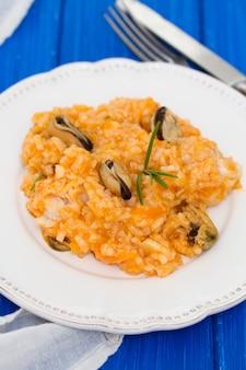 Riz aux fruits de mer sur plaque blanche