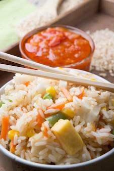 Riz aux légumes sur blanc