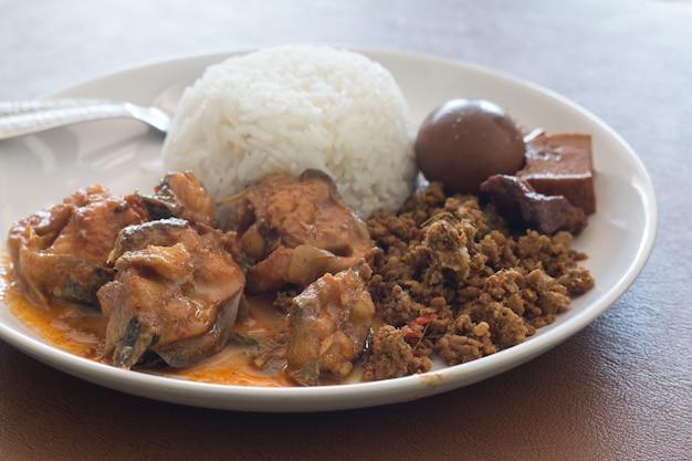 Riz aux œufs et porc à la sauce brune et poisson au curry