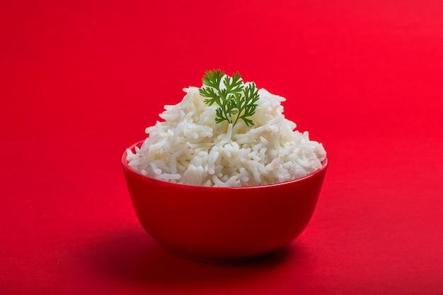 Riz basmati blanc nature cuit dans un bol rouge