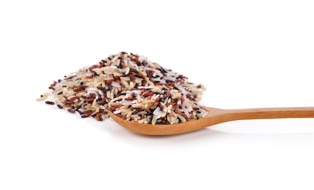 Riz biologique aux baies de riz isolé sur blanc