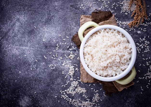 Riz blanc bouilli dans une marmite