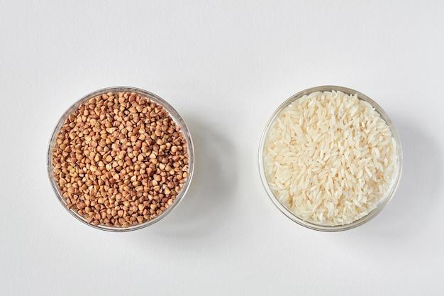 Riz blanc cru et gruau de sarrasin dans une assiette en verre transparent